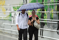 Popular protect themselves from the rain in the region of Paulista Avenue in São Paulo (SP), on Monday (17). Thermometers mark 19 º C. PHOTO: AMAURI NEHN - BRAZIL PHOTO PRESS