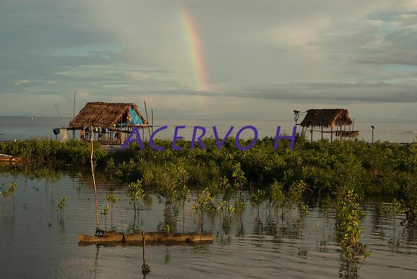 Ilha dos Guar&aacute;s (Mariteua) na Resex M&atilde;e Grande de Curu&ccedil;&aacute;, onde os pescadores pernoitam  e logo ao amanhecer saem para mais um dia de trabalho no litoral do Par&aacute;, na foz do rio Amazonas. Os pescadores chegam a capturar cerca de 200 quilos de pescado por dia entre: piramutabas, sardinhas, filhotes, pescada amarela, robalo e tainhas.<br /> Curu&ccedil;&aacute;, Par&aacute;, Brasil.<br /> Foto: Paulo Santos<br /> 17/05/2009