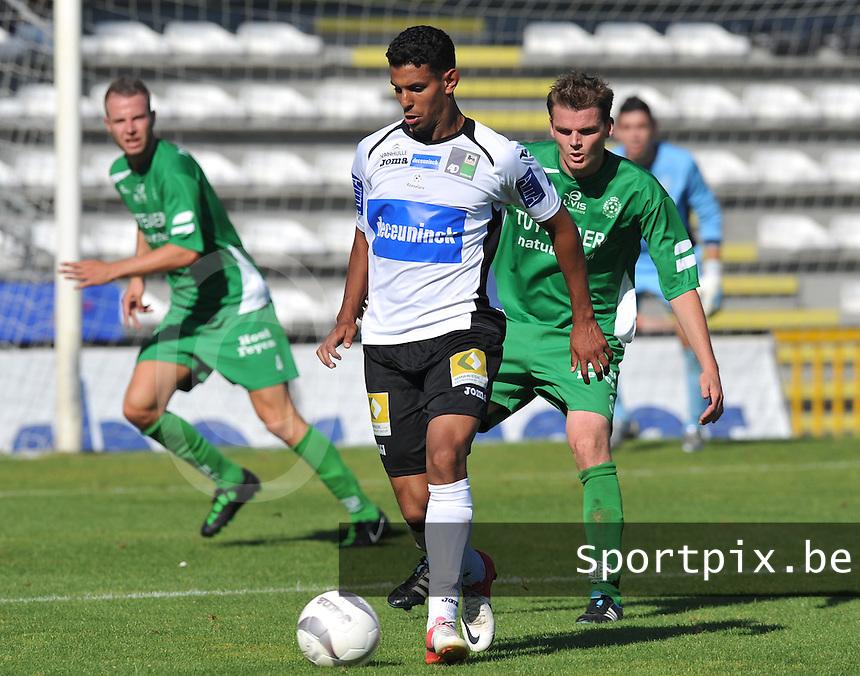KSV Roeselare - Dessel Sport : Abdelhakim Bouhna aan de bal voor Maarten Van Lieshout.foto VDB / BART VANDENBROUCKE