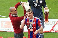 Pep Guardiola (E) e Toni Kroos do Bayern de Munique comemora a conquista do título depois de vencer o Stuttgart, no jogo final da temporada do Campeonato de Futebol Alemão, realizado no Allianz Arena, em Munique, no sul da Alemanha, neste sábado. (Foto: Christian Kolb / Pixathlon / Brazil Photo Press).