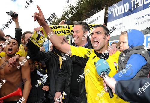 2012-04-22 / Voetbal / seizoen 2011-2012 / Berchem Sport kampioen / de spelers en trainer vieren..Foto: Mpics.be