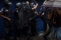 """RIO DE JANEIRO, RJ, 24.04.2014 - PROTESTO MORTE - DANCARINO DOUGLAS - Confusão entre policiais e moradores do Pavão Pavãozinho durante manifestação na região de Copacabana, no Rio de Janeiro (RJ), nesta quinta-feira (24). O protesto é contra a ação de policiais militares que resultou na morte do dançarino do programa """"Esquenta!"""", Douglas Rafael da Silva Pereira, o DG. (Foto: Técio Teixeira / Brazil Photo Press)."""