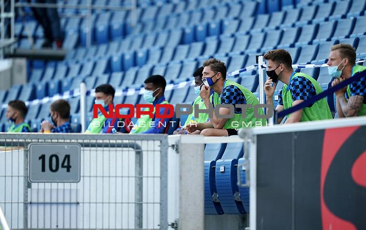 nph00250:  16.05.2020, PreZero-Arena, Sinsheim, GER, 1.FBL, TSG 1899 Hoffenheim vs Hertha BSC Berlin , <br /> <br /> Nur für journalistische Zwecke!<br /> <br /> Gemäß den Vorgaben der DFL Deutsche Fußball Liga ist es untersagt, in dem Stadion und/oder vom Spiel angefertigte Fotoaufnahmen in Form von Sequenzbildern und/oder videoähnlichen Fotostrecken zu verwerten bzw. verwerten zu lassen. <br /> <br /> Only for editorial use! <br /> <br /> DFL regulations prohibit any use of photographs as image sequences and/or quasi-video..<br /> im Bild<br /> Ersatzspieler mit Sicherheitsabstand auf der Tribuene, Niklas Stark (Berlin) mit Mundschutz<br />  Foto: Thorsten Wagner/Witters/Pool//Verbreitung via Hasan Bratic/nordphoto