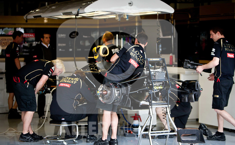 07.07.2011, Silverstone Circuit, Silverstone, GBR, F1, Großer Preis von Großbritannien, Silverstone, im Bild Blick in die Lotus Renault GP Box, Mechaniker arbeiten am Auto // Look at the Lotus Renault GP Box, mechanics working on the car during the Formula One Championships 2011 British Grand Prix held at the Silverstone Circuit, Northamptonshire, United Kingdom, 2011-07-07, EXPA Pictures © 2011, PhotoCredit: EXPA/ J. Feichter
