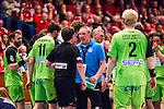 Eskilstuna 2014-05-12 Handboll SM-semifinal 3 Eskilstuna Guif - Alings&aring;s HK :  <br /> Alings&aring;s assisterande tr&auml;nare Dennis Sandberg &auml;r irriterad och diskuterar med domare Maths Nilsson <br /> (Foto: Kenta J&ouml;nsson) Nyckelord:  Eskilstuna Guif Sporthallen Alings&aring;s AHK SM Semifinal Semi arg f&ouml;rbannad ilsk ilsken sur tjurig angry diskutera argumentera diskussion argumentation argument discuss domare referee ref