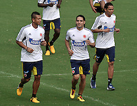BARRANQUILLA, COLOMBIA - 21-03-2013: Radamel Falcao García (Cent.)  Fredy Guarín (Izq.) y Carlos Bacca (Der.) jugadores de la Selección Colombia durante entreno en Barranquilla, marzo 21 de 2103. El equipo colombiano se prepara en Barranquilla para los partidos contra Bolivia el 22 de marzo y Venezuela el 26 de marzo, partidos clasificatorios a la Copa Mundial de la FIFA Brasil 2014. (Foto: VizzorImage / Luis Ramírez / Staff). Radamel Falcao García (C) Fredy Guarín (L) and Carlos Bacca (R),players of the Colombian national team in action during a training session in Barranquilla on March 21, 2012. The Colombia team prepares for the games against Bolivia next March 23 and Venezuela on March 26, matchs qualifying for the FIFA World cup Brazil 2014. (Photo: VizzorImage / Luis Ramirez/ Staff)