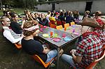 Foto: VidiPhoto<br /> <br /> NIJMEGEN - Niet alle introducties bij studentenverenigingen verlopen 'spectaculair'. Bij het dispuut Quo Vadis van de CSFR in Nijmegen, werd de introductieweek donderdagavond afgesloten met een gezamenlijke pastamaaltijd en de gebruikelijke debatten. In dit geval ging het over het -al dan niet op prijs gestelde- beeldverslag van de RD-fotograaf.