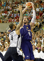 Spain's Pau Gasol (r) and USA's Tyson Chandler during friendly match.July 24,2012. (ALTERPHOTOS/Acero)