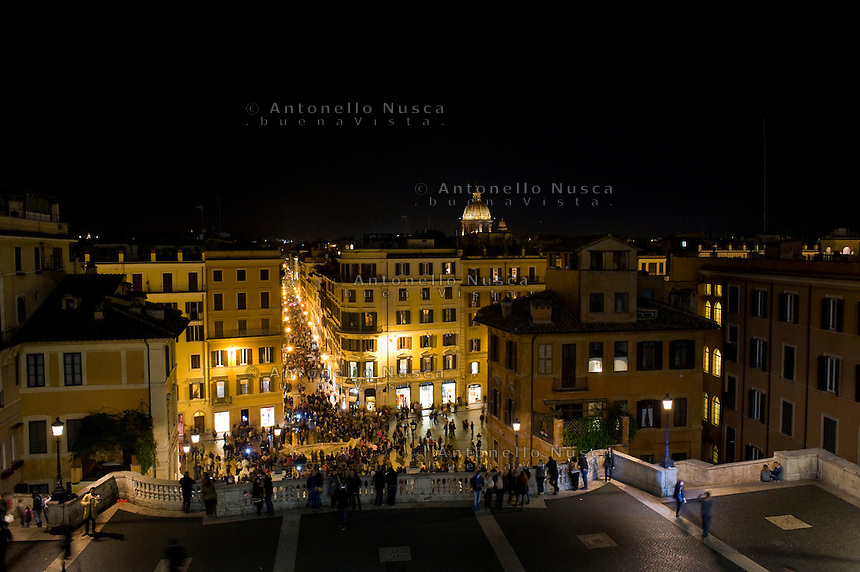 Roma,22 Novembre, 2014. Turisti sulla terrazza del Pincio osservano Roma al tramonto