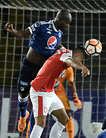 BOGOTÁ - COLOMBIA, 18-09-2018: Yeison Gordillo (Der) jugador de Independiente Santa Fe disputa el balón con Anier Figueroa (Izq) jugador de Millonarios durante partido de ida por los octavos de final de la Copa CONMEBOL Sudamericana 2018 jugado en el estadio Nemesio Camacho El Campín de la ciudad de Bogotá. / Yeison Gordillo (R) player of Independiente Santa Fe vies for the ball with Anier Figueroa (L) player of Millonarios during first leg match for the eight finals of CONMEBOL Sudamericana 2018 cup played at Nemesio Camacho El Campin stadium in Bogotá city.  Photo: VizzorImage / Gabriel Aponte / Staff