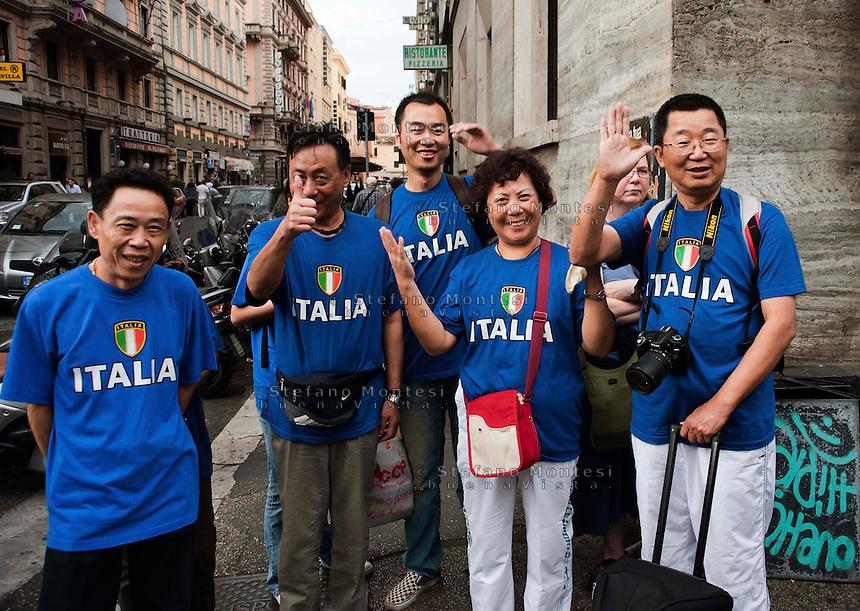 Roma 2 Ottobre 2010 .Turisti giapponesi con la maglia della nazionale di calcio italiana.Japanese tourists with the shirt of the Italian national football team