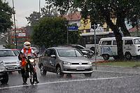 SÃO PAULO, 07 DE MARÇO DE 2013 - CLIMA TEMPO SP - Chuva  forte na Av Rudge na tarde desta quinta-feira(07), Barra Funda, zona oeste da capital - FOTO: LOLA OLIVEIRA/BRAZIL PHOTO PRESS