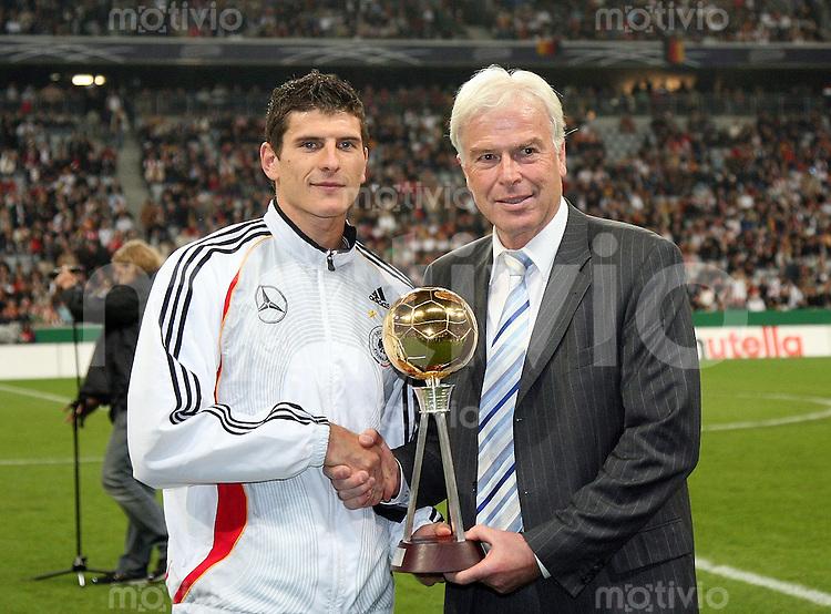 Fussball  International   EM Qualifikation  Deutschland - Tschechien Kicker Chefredakteur Rainer Holzschuh ehrt Mario Gomez (beide Deutschland) zum Fussballer des Jahres 2007