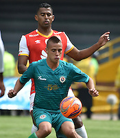 BOGOTA - COLOMBIA - 26-02-2017: Carlos Henao (Izq.) jugador de Independiente Santa Fe disputa el balón con Mateo Puerta (Der.) jugador de Cortulua, durante partido por la fecha 6 entre Independiente Santa Fe y Cortulua, de la Liga Aguila I-2017, en el estadio Nemesio Camacho El Campin de la ciudad de Bogota. / Carlos Henao (L) player of Independiente Santa Fe struggles for the ball with Mateo Puerta (R) player of Cortulua, during a match of the date 6 between Independiente Santa Fe and Cortulua, for the Liga Aguila I -2017 at the Nemesio Camacho El Campin Stadium in Bogota city, Photo: VizzorImage / Luis Ramirez / Staff.