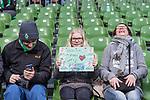 11.02.2018, Weserstadion, Bremen, GER, 1.FBL, SV Werder Bremen vs VfL Wolfsburg<br /> <br /> im Bild<br /> junger weiblicher Werder Fan mit Plakat, <br /> <br /> Foto &copy; nordphoto / Ewert
