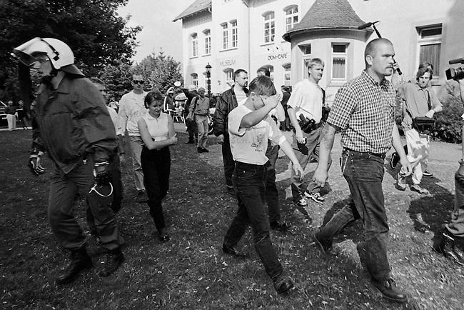 Etwa hundert Neonazis aus der Bundesrepublik versuchten am Samstag den 16. August 1997 im niedersaechsischen Koenigslutter einen sog. &quot;Hess-Gedenkmarsch&quot; anlaesslich des 10. Todestages des Hitlerstellvertreters Rudolf Hess.<br /> Die Polizei nahm die Neonazis fest.<br /> Im Bild: Hinten mit dunkler Jacke und quergestreiftem T-Shirt: Oliver Schweigert, Berlin.<br /> 16.8.1997, Koenigslutter/Niedersachsen<br /> Copyright: Christian-Ditsch.de<br /> [Inhaltsveraendernde Manipulation des Fotos nur nach ausdruecklicher Genehmigung des Fotografen. Vereinbarungen ueber Abtretung von Persoenlichkeitsrechten/Model Release der abgebildeten Person/Personen liegen nicht vor. NO MODEL RELEASE! Nur fuer Redaktionelle Zwecke. Don't publish without copyright Christian-Ditsch.de, Veroeffentlichung nur mit Fotografennennung, sowie gegen Honorar, MwSt. und Beleg. Konto: I N G - D i B a, IBAN DE58500105175400192269, BIC INGDDEFFXXX, Kontakt: post@christian-ditsch.de<br /> Urhebervermerk wird gemaess Paragraph 13 UHG verlangt.]