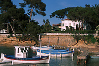 """France/06/Alpes Maritimes/ Cap d'Antibes: Bateaux de péches""""Pointus"""" et villas à la calanque de l'Olivette [Non destiné à un usage publicitaire - Not intended for an advertising use]"""