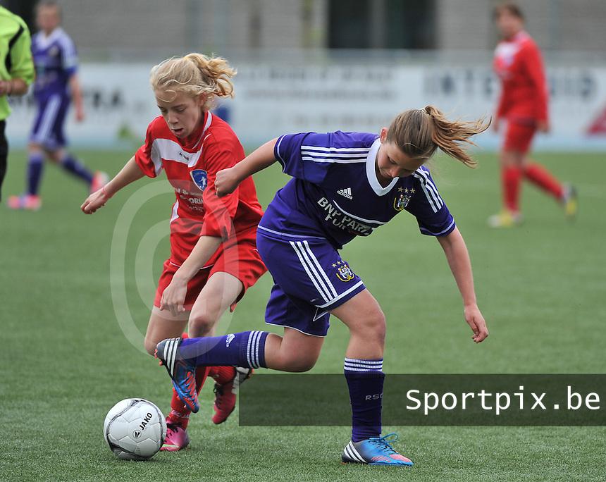 AA Gent Ladies U16 - RSC Anderlecht : duel tussen Elena Dhont (links) en Anouck Cochez.foto DAVID CATRY / Nikonpro.be
