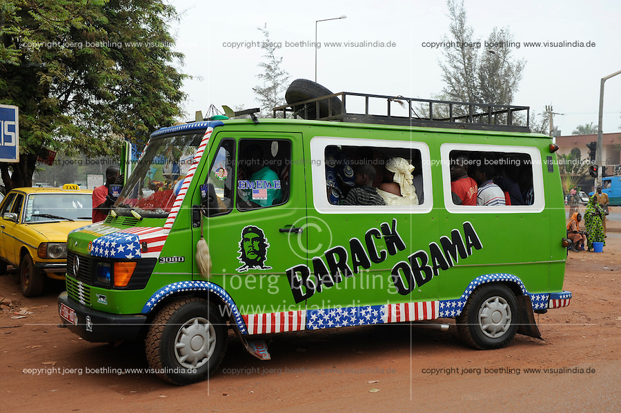 Westafrika Mali Bamako, Mercedes Benz Bus 308D importiert aus Europa als Minibus fuer den oeffentlichen Nahverkehr / Mali Bamako , Daimler Benz Mini Bus with Che Guevara image, Barack Obama und US flag painting