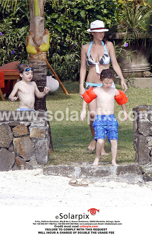 ALL-ROUND PICTURES FROM SOLARPIX.COM.MUST CREDIT SOLARPIX.COM OR DOUBLE USAGE FEE.Liam Gallagher and Nicole Appleton soak up up the sun on holiday on an island in the Indian Ocean with friends and family including sister Natalie Appleton and ex All Saints singer Melanie Blatt. All Saints are due to reunite later this year..This picture: Nicole Appleton.REF: PRS RMN 2428