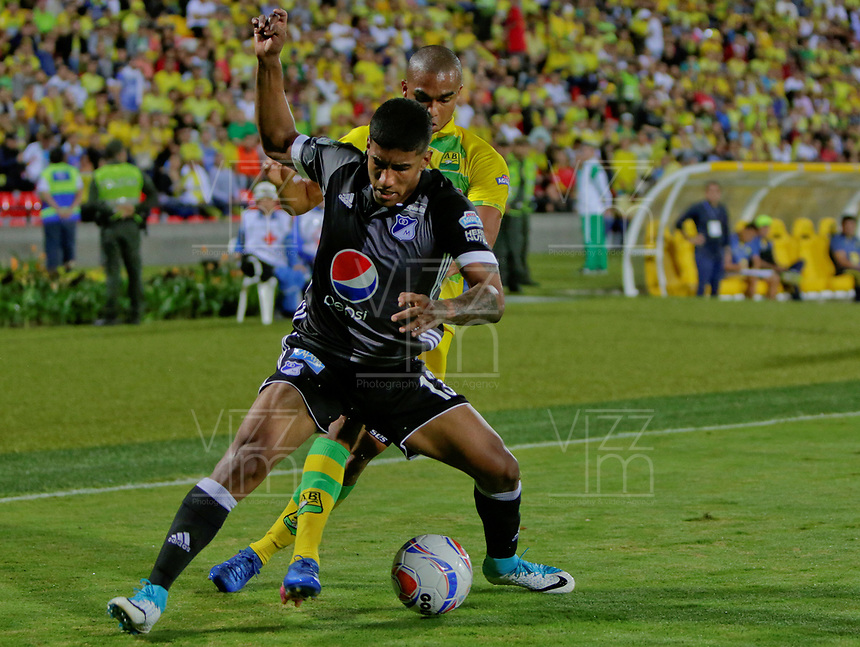 BUCARAMANGA - COLOMBIA -20-07-2017: Lewis Ochoa (Der) jugador del Atlético Bucaramanga disputa el balón con Harold Santiago Mosquera (Izq) jugador de Millonarios durante partido por la fecha 3 de la Liga Águila II 2017 jugado en el estadio Alfonso López de la ciudad de Bucaramanga. / Lewis Ochoa (R) player of Atletico Bucaramanga struggles the ball with Harold Santiago Mosquera (L) player of Millonarios during match for the date 3 of the Aguila League II 2017 played at Alfonso Lopez stadium in Bucaramanga city. Photo: VizzorImage / Oscar Martínez / Cont