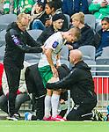 Stockholm 2015-05-30 Fotboll Allsvenskan Hammarby IF - Halmstads BK :  <br /> Hammarbys Erik Israelsson har skadat sig och f&aring;r sitt l&aring;r lindat av sjukgymnast Mikael Klotz under den f&ouml;rsta halvleken av matchen mellan Hammarby IF och Halmstads BK <br /> (Foto: Kenta J&ouml;nsson) Nyckelord:  Fotboll Allsvenskan Tele2 Arena Hammarby HIF Bajen Halmstad Halmstads BK HBK skada skadan ont sm&auml;rta injury pain depp besviken besvikelse sorg ledsen deppig nedst&auml;md uppgiven sad disappointment disappointed dejected