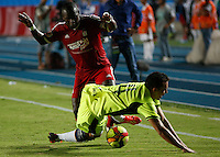 CALI - COLOMBIA - 06-05-2014: Edier Tello (Izq.) jugador del America disputa el balón con Jhon Timana (Der.) jugador de Depor FC, durante partido entre America de Cali y Depor FC, de la fecha 17 del Torneo Postobon I 2014, jugado en el estadio Pascual Guerrero de la ciudad de Cali. / Edier Tello (L) player of America, figths for the ball with Jhon Timana (R) player of Depor FC, during a match for the date 17th between America of Cali y Depor FC, of theTorneo Postobon I 2014 in the Pascual Guerrero stadium in Cali City. Photo: VizzorImage / Juan C. Quintero / Str.
