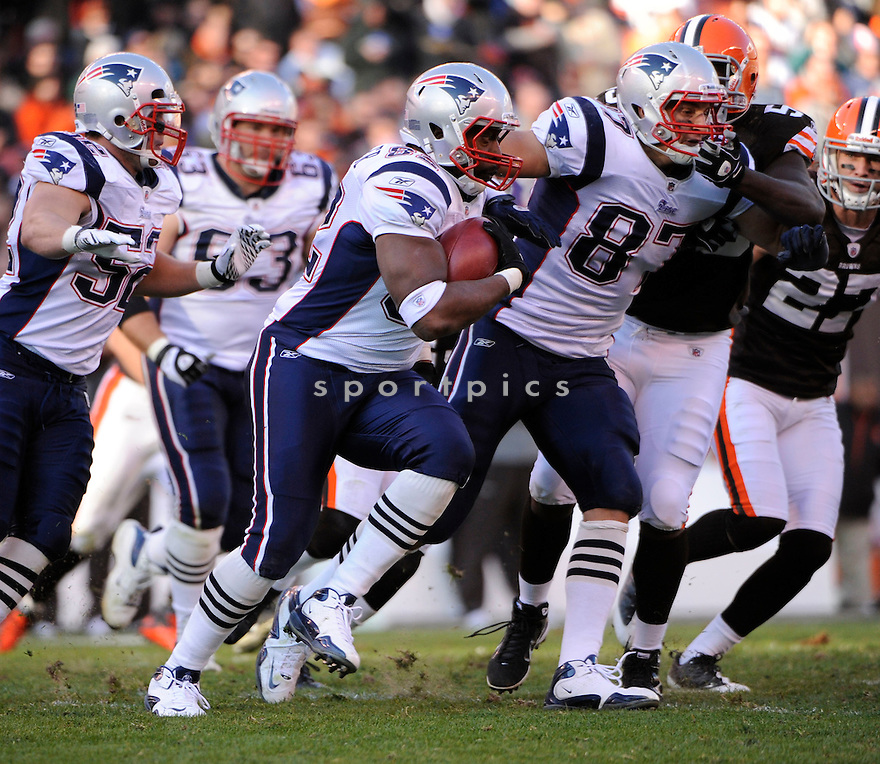 ALGE CRUMPLER, of the New England Patriots, in action during the Patriots game against the Cleveland Browns on November 7, 2010 at Cleveland Browns Stadium in Cleveland, Ohio.  ..The Browns beat the Patriots 34-14...