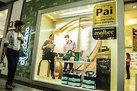 RIO DE JANEIRO, RJ, 02 AGOSTO 2012 - COMERCIO - DIA DOS PAIS - Movimentacao em shopping da Tijuca, o comercio ja esta aquecido para o Dia dos Pais,as lojas oferecem descontos e promocoes, na Tijuca, zona norte do rio.(FOTO: MARCELO FONSECA / BRAZIL PHOTO PRESS).