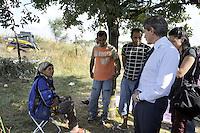 Roma, 28 Luglio 2011.Via Giorgi de Chirico.Sgombero di un insediamento di Rom romeni alla presenza del sindaco Gianni AlemannoIl sindaco con una donna Rom