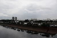 SÃO PAULO, 12 de JULHO, 2012 - CLIMA TEMPO SP - Céu encoberto de nuvens carregadas devido a nova frente fria provocando pancadas de chuvas em areas isoladas da capital paulista, nessa quinta-feira, 12 - FOTO LOLA OLIVEIRA - BRAZIL PHOTO PRESS