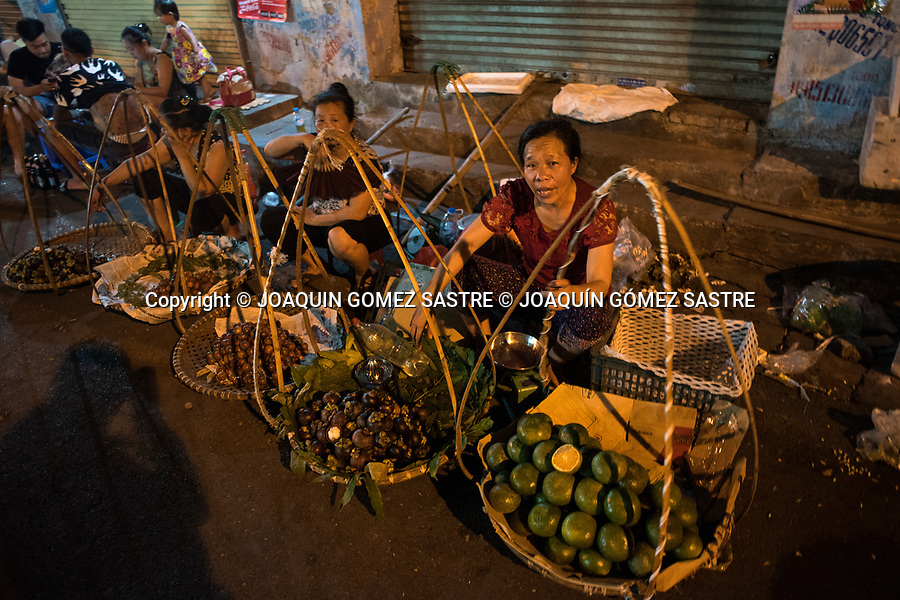 Fruit stands on a street in Hanoi (Vietnam), in this city there is practically activity on the streets 24 hours a day<br /> HANOI-VIETNAM