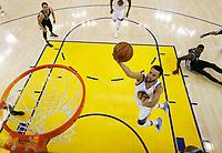 JGM02. OAKLAND (EE.UU.), 16/05/2017.- El jugador Stephen Curry (c) de Golden State Warriors en acción hoy, martes 16 de mayo de 2017, durante un juego entre Golden State Warriors y San Antonio Spurs de la NBA, que se disputa en el Oracle Arena, en Oakland (Estados Unidos). EFE/MARCIO JOSE SANCHEZ / AP / POOL