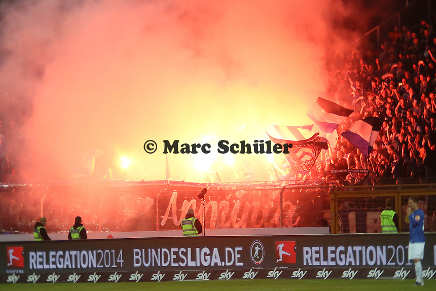 Fans von Arminia Bielefeld zünden Pyrotechnik - SV Darmstadt 98 vs. Armina Bielefeld, Stadion am Böllenfalltor
