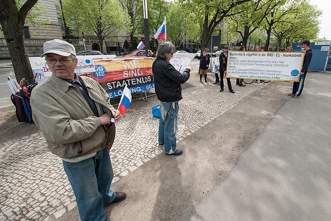 Die rechte Gruppierung &quot;Reichsbuerger - Die Staatenlosen&quot; demonstriert vor der Russischen Botschaft in Berlin ihre Solidaritaet mit Russland ind er Ukraine-Krise.<br /> Aus Solidaritaet mit Russland und den Russewn in der Ukraine haben die Reichsbuerger das tragen von orange-schwarzen Schleifen eingefuehrt. Dieses Symbol ist in der Ukraine verboten. Mittlerweile tragen auch Linke diese Schleife.<br /> 17.4.2014, Berlin<br /> Copyright: Christian-Ditsch.de<br /> [Inhaltsveraendernde Manipulation des Fotos nur nach ausdruecklicher Genehmigung des Fotografen. Vereinbarungen ueber Abtretung von Persoenlichkeitsrechten/Model Release der abgebildeten Person/Personen liegen nicht vor. NO MODEL RELEASE! Don't publish without copyright Christian-Ditsch.de, Veroeffentlichung nur mit Fotografennennung, sowie gegen Honorar, MwSt. und Beleg. Konto:, I N G - D i B a, IBAN DE58500105175400192269, BIC INGDDEFFXXX, Kontakt: post@christian-ditsch.de<br /> Urhebervermerk wird gemaess Paragraph 13 UHG verlangt.]