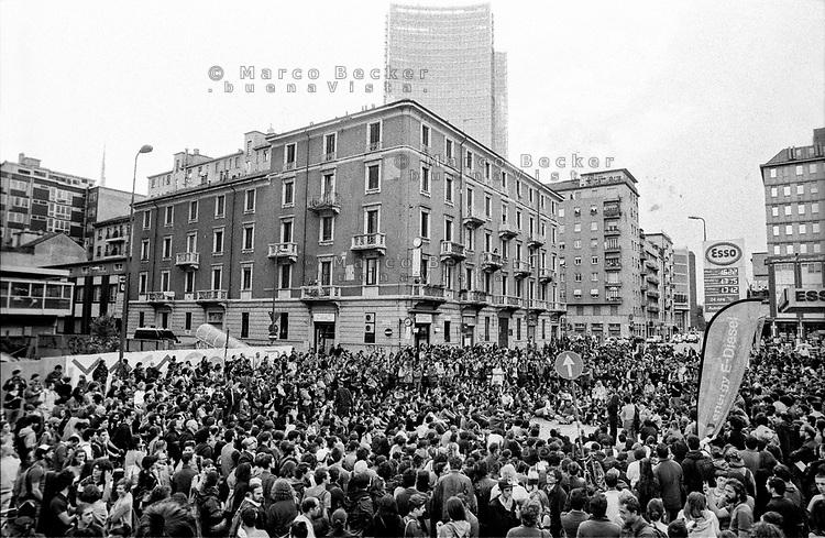 """Milano, un collettivo di """"Lavoratori dell'Arte e dello Spettacolo"""" occupa un edificio inutilizzato, la Torre Galfa, per dare vita a un nuovo centro per le arti e la cultura chiamato MACAO. Dopo 10 giorni avviene lo sgombero e gli attivisti occupano la strada di fronte. Una assemblea, sullo sfondo: il nuovo grattacielo sede della Regione Lombardia --- Milan, a collective of """"Arts and Entertainment Workers"""" occupy an unused building, the Galfa Tower, in order to create a new centre for arts and culture called MACAO. After 10 days police clears out the building and the activists occupy the street in front for several days long. An assembly, on the background: the new skyscraper headquarter of Lombardy Region"""