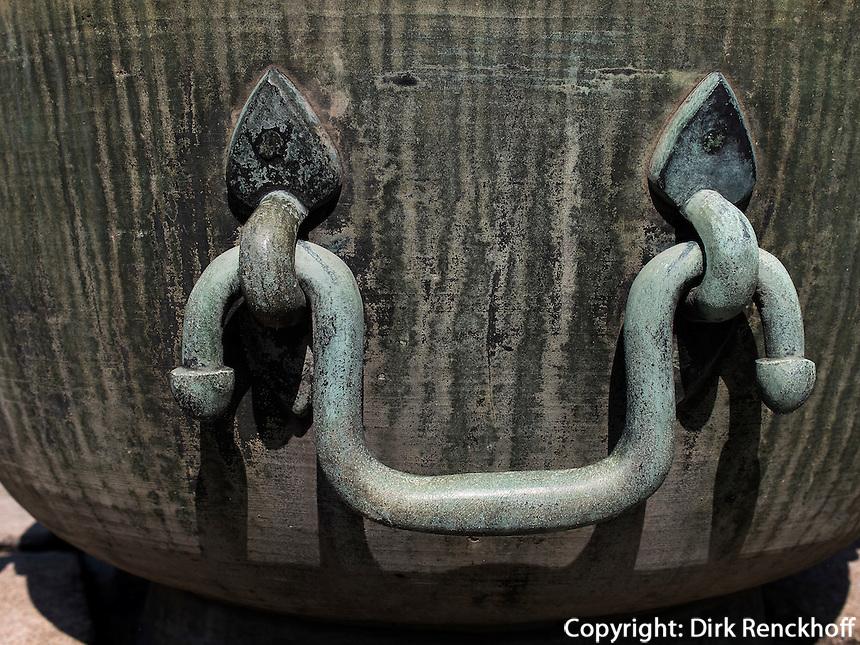 Bronzegef&auml;&szlig; bei Thronhalle Injeongjein im Changdeokgung Palast, Seoul, S&uuml;dkorea, Asien, UNESCO-Weltkulturerbe<br /> Bronze vessel near throne hall Injeongjeon in palace Changdeokgung,  Seoul, South Korea, Asia UNESCO world-heritage