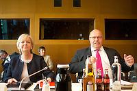 Bundesumweltminister Peter Altmaier (CDU) und Nordrhein-Westfalens Ministerpr&auml;sidentin Hannelore Kraft (SPD) kommen am Donnerstag (31.10.13) im Umweltministerium in Berlin zu Koalitionsverhandlung.<br /> Foto: Axel Schmidt/CommonLens<br /> <br /> Berlin, Deutschland, Germany, politics, Koalitionsgespr&auml;che, Regierungsbildung, Umweltpolitik, Energiewende, grosse Koalition, gro&szlig;e Koalition<br /> <br /> Berlin, 31.10.13 German Environment Minister Peter Altmaier and Leading member of the Social Democratic Party (SPD) Hannelore Kraft attend coalition negotiations.