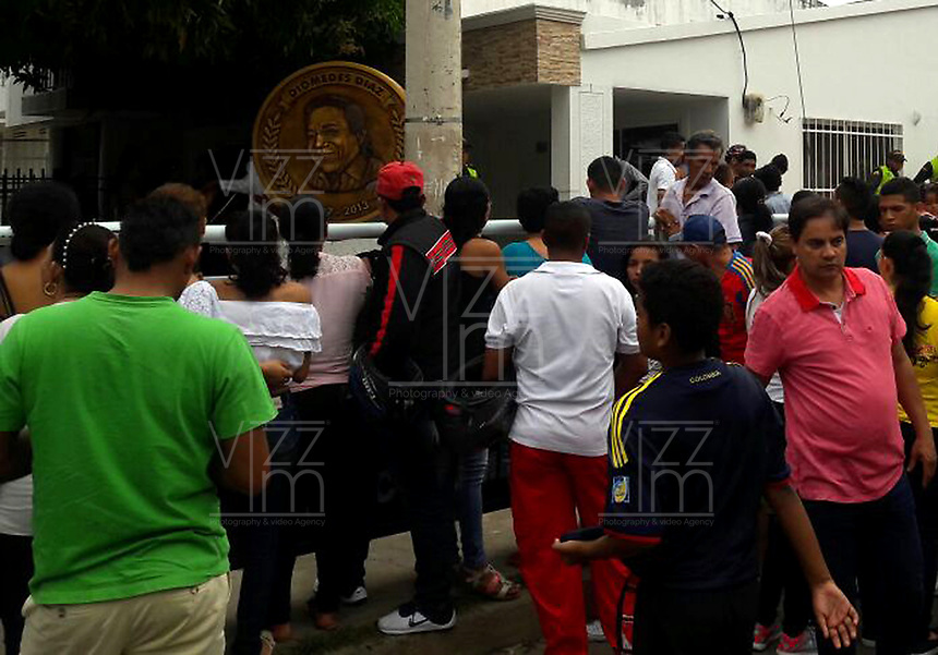 SUCRE - COLOMBIA - 14-04-2017: Cientos de personas llegan a la casa de la abuela del músico colombiano Martin Elias quien falleció en la mañana de hoy, 14 de abril de 2017, luego de un accidente automovilístico cuando pasaba por el corregimiento Aguas Negras, en jurisdicción del municipio de San Onofre, en el norte del departamento de Sucre, Colombia. Martin Elias es uno de los hijos del fallecido Cacique de la Junta, Diomedes Diaz, famoso cantante vallenato. / Hundred of people came to the grand mom of  the Colombian musician Martin Elias who died in the morning today, April 14, 2017, after a car accident as he passed through the town of Aguas Negras, in the jurisdiction of the municipality of San Onofre, in the north of the department of Sucre, Colombia. Martin Elias is one of the children of the deceased Chief of the Board, Diomedes Díaz, famous vallenato singer.  Photo: VizzorImage/ Jairo Cassiani /CONT