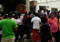 SUCRE - COLOMBIA - 14-04-2017: Cientos de personas llegan a la casa de la abuela del músico colombiano Martin Elias quien falleció en la mañana de hoy, 14 de abril de 2017, luego de un accidente automovilístico cuando pasaba por el corregimiento Aguas Negras, en jurisdicción del municipio de San Onofre, en el norte del departamento de Sucre, Colombia. Martin Elias es uno de los hijos del fallecido Cacique de la Junta, Diomedes Diaz, famoso cantante vallenato. / Hundred of people came to the grand mom of  the Colombian musician Martin Elias who died in the morning today, April 14, 2017, after a car accident as he passed through the town of Aguas Negras, in the jurisdiction of the municipality of San Onofre, in the north of the department of Sucre, Colombia. Martin Elias is one of the children of the deceased Chief of the Board, Diomedes Díaz, famous vallenato singer.  Photo: VizzorImage/ Jairo Cassiani /CONT