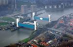 ROTTERDAM - Luchtfoto van de Stormvloedkering Hollandse IJssel, het oudste kunstwerk van de Deltawerken. Omdat de Hollandse IJssel een belangrijke scheepvaartroute is, kan deze niet worden afgesloten met een dam en is gekozen voor een stormvloedkering met twee beweegbare schuiven die tussen betonnen torens hangen. COPYRIGHT TON BORSBOOM