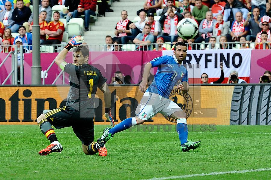 GDANSK, POLONIA, 10 JUNHO 2012 - EURO 2012 - ALEMANHA X ITALIA - Antonio Di Natale jogador da Italia (D) marca o primeiro gol do jogo em partida contra a Espanha, em jogo valido pela primeira rodada do Grupo C, na Arena de Gdansk na Polonia neste domingo, 10. (FOTO: DANIELE BUFFA / PIXATHLON / BRAZIL PHOTO PRESS.