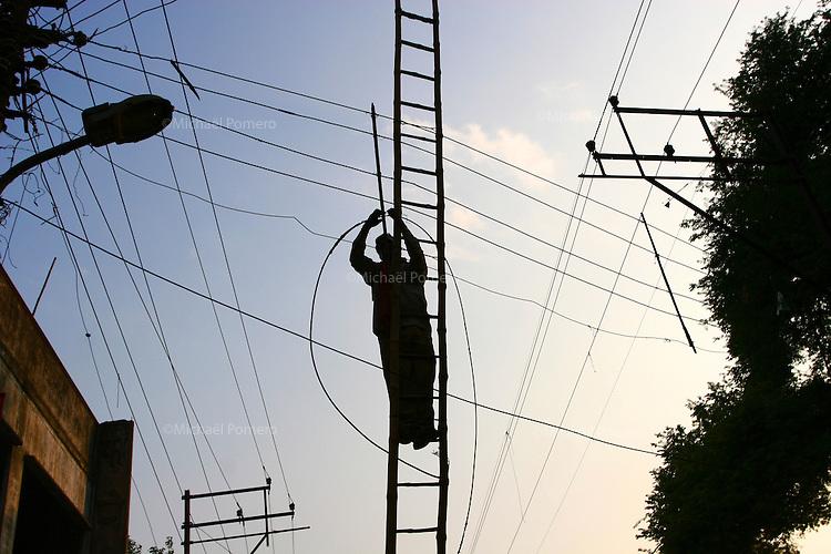 31.10.2007 Varanasi(Uttar Pradesh)<br /> <br /> Man repairing the electric network.<br /> <br /> Homme en train de réparer le réseau électrique.