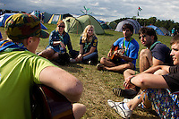 French scouts singing for swedish girls in Spring town. Photo: Magnus Fröderberg/Scouterna