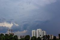 SÃO PAULO, SP, 11.11.2015- CLIMA-SP - Céu carregado é visto no Bairro da Barra Funda região oeste de São Paulo na tarde desta quarta-feira, 11. (Foto: Renato Mendes / Brazil Photo Press)