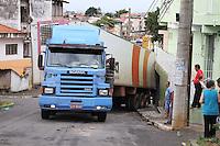 GUARULHOS, SP, 29.12.13 - Motorista perde o controle de carreta e se choca contra uma residência na Rua Tibet, nº 20, na cidade de Guarulhos/SP, na manhã deste domingo, (29).(Geovani Velasquez / Brazil Photo Press).