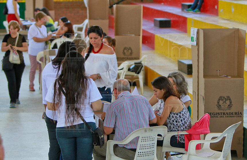 BUCARAMANGA -COLOMBIA. 02-10-2016: Ciudadanos colombianos acuden a las urnas para votar durante el Plebisto, escribiendo un nuevo capitulo en la historia del pais. Hoy los colombianos acuden a las urnas para decir SI o NO al acuerdo de Paz firmado entre el Gobierno y las Fuerzas Armadas Revolucionarias de Colombia Ejercito del Pueblo (FARC-EP) / Colombian citizens go to the polls to vote writing a new chapter in the history of the country. Today Colombians go to the polls to say YES or NO to the peace agreement signed between the government and the Revolutionary Armed Forces of Colombia People's Army (FARC-EP). Photo: VizzorImage / Duncan Bustamante /Cont