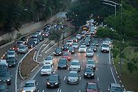 SÃO PAULO - SP -15,08,2014- TRÃNSITO-CAPITAL/SP - O Motorista sengue com lentidão na Avenida 23 de Maio sentido Santana.Região central da cidade de São Paulo,nessa sexta-feira,15 (Foto:Kevin David/Brazil Photo Press)