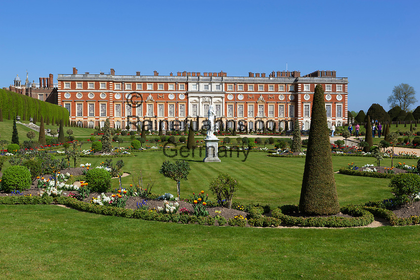 Great Britain, England, London: Hampton Court Palace. Formal garden and the Baroque Palace designed by Sir Christopher Wren | Grossbritannien, England, London: Hampton Court Palace, Park und barocker Palast designed von Sir Christopher Wren
