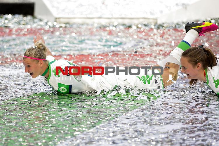 21.05.2016, Rheinenergie Stadion, Köln, GER,DFB Pokalfinale der Frauen, SC Sand vs VfL Wolfsburg, im Bild Alexandra Popp (Wolfsburg #11) nimmt ein Glitzerbad Foto @ nordphoto / Rauch